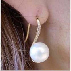 Guld Örhängen med Vit Pärla & Rhinestones / Pärlörhängen  Guld