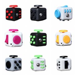 Stresskub för barn stressad skola avslappning fidget cube vit botten med svart 3,2*3,2