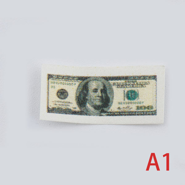 Skala 1/12 en bunt miniatyrpengar med $ 100 / $ 1 sedlar