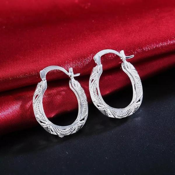 Eleganta Silver Örhängen - Ovala Hoop i Fint Mönster  Silver