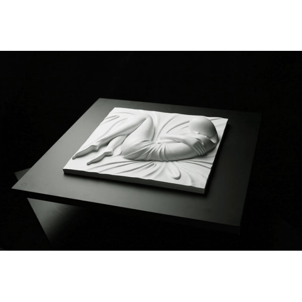 En flicka, skulptur, 60x60x10 cm Vit