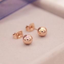 Roséguld kula örhängen i kirurgiskt stål. Finns olika storlekar 5mm