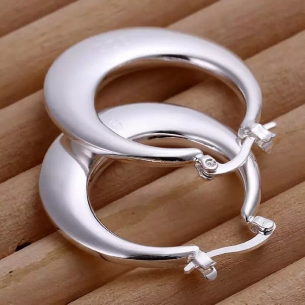 Blanka Hoop Silver Örhängen - Klassiska & Stilrena Silver