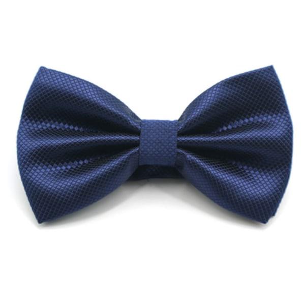 Enfärgad fluga, utmönstrad, passar till kostym och kavaj Mörk blå