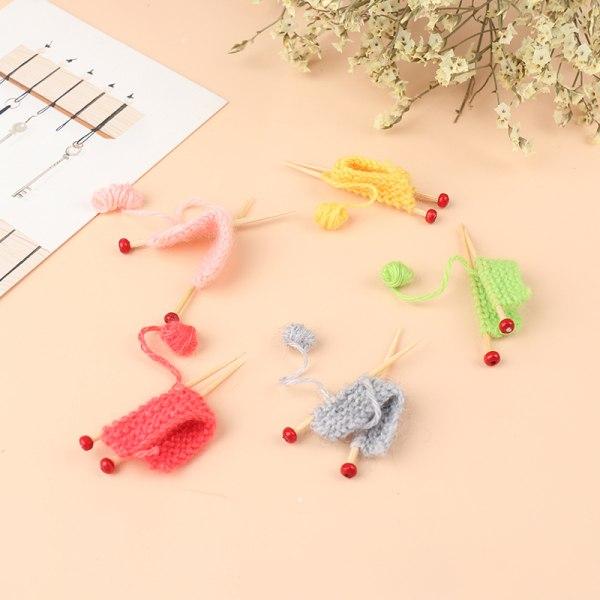 Handgjorda flerfärgade mini stickade tröjor dockhus tillbehör