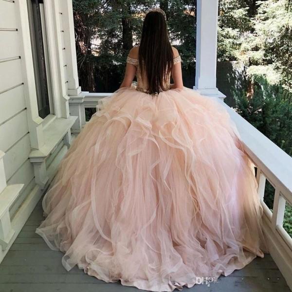 Lyx från axeln, glittrande kristaller, klänning med A 14