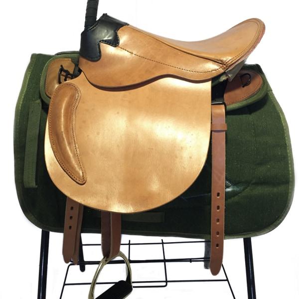 Sadelhäst ren ko läder ryttare levererar stora