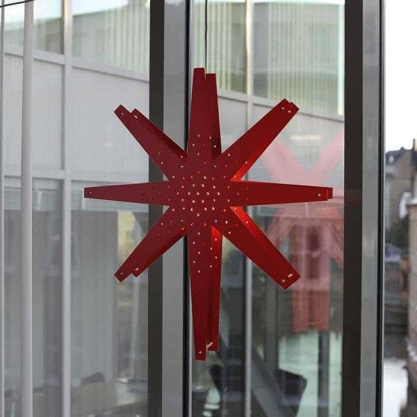Tall adventsstjärna röd i trä